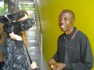Papa Mfumu'eto 1er avec une journaliste (caméra).