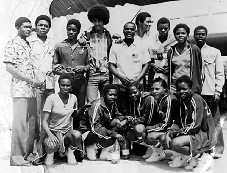 PHOTO souvenir au Gabon / Libreville: la délégation congolaise aux jeux africains de Libreville au Gabon.On reconnaît debout de g. à dr.: Raymond Makamizile (frère de Makamizile du FC Imana), Jean-Paul (BC Matonge), Ongenda (BC Matonge), Tchibo (sympathisant), Mampuya (BC Tcheza), Mboyo (BC Tcheza), Accroupis: Au milieu Les sœurs jumelles du BC KILIMA de Lubumbashi et Mayanga Nsimba Nathalie.