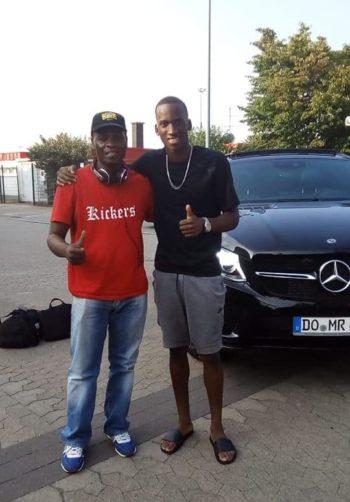 Dodi Lukebakio et le journaliste Serge Tungila (T Shirt rouge)