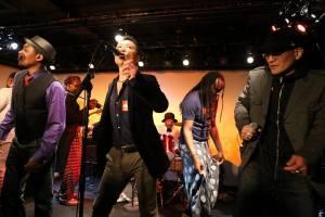 """Rio (droite),Ishi (au milieu) et leurs potes africains en plein spectacle """"Congo Culture""""à Los Barbados de Tokyo."""