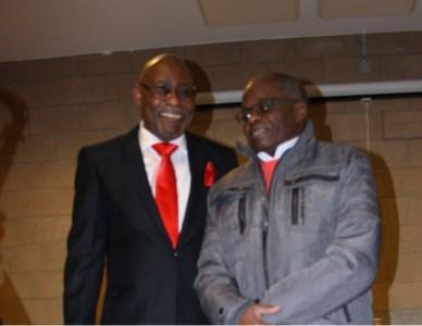 """Kibonge et l'entraineur Mokuna Léon """"Trouet"""" après la messe dite pour cette circonstance. (Photo : Nkanza)"""