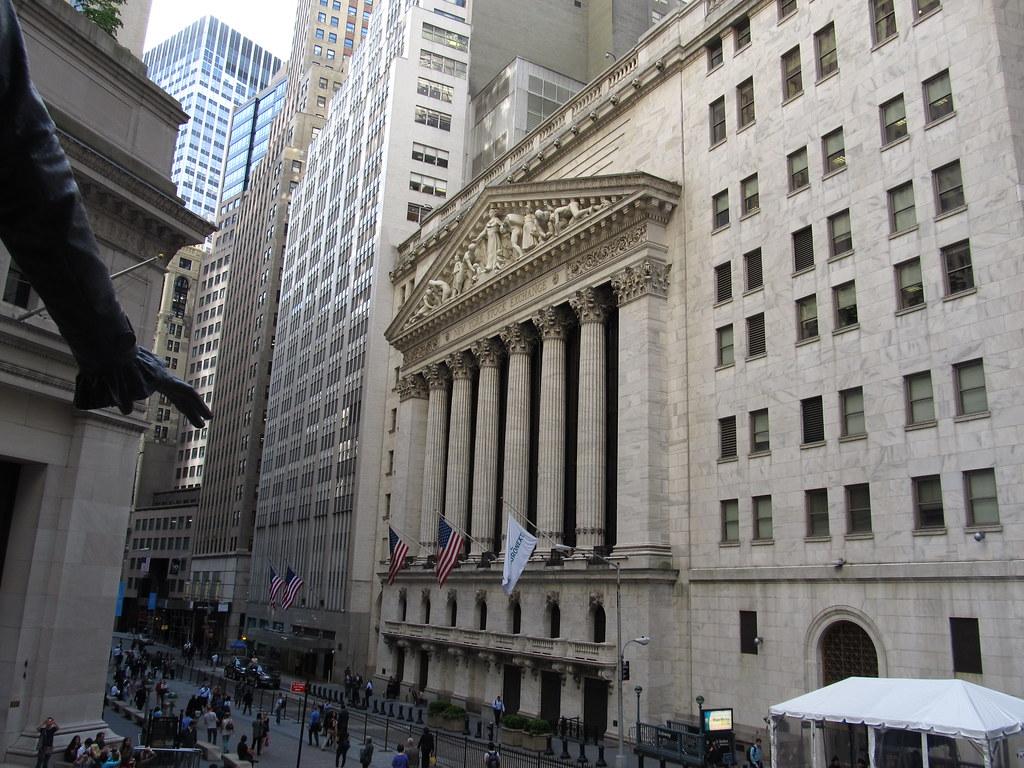 חזית בניין הבורסה בעיר ניו-יורק, עם עמודים בסגנון ניאוקלאסי