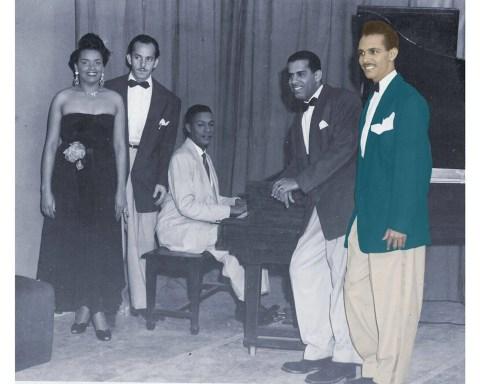 Elena Burke, Roberto Barceló, Orlando de la Rosa al piano, Aurelio Reinoso y Adalberto del Río (en color). Foto: Archivos privados Orlando de la Rosa-Adalberto del Río.