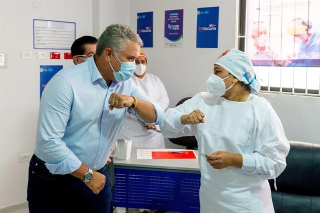 Colombia inicia la vacunación anticovid, con críticas a la demora en el reparto de dosis