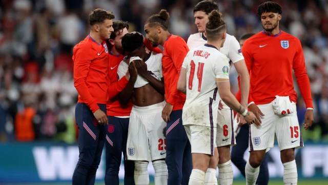 La policía investiga racismo hacia tres jugadores de Inglaterra