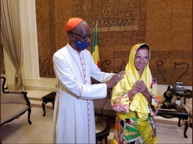 El papa saluda en el Vaticano a la monja liberada tras su secuestro en Mali