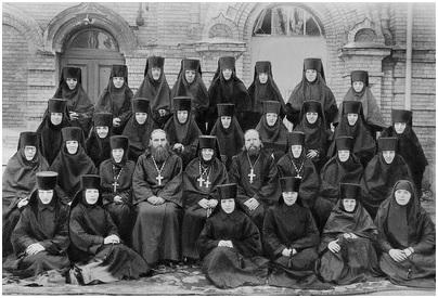 Духовенство и насельницы мон-ря. Во 2-м ряду в центре - игум. Нина (Баташева), слева от нее прот. Николай Гурьянов, справа - прот. Сергий Беляев. В верхнем ряду 4-я справа - мон. Варвара (Трофимова). Фотография. 1957 г.