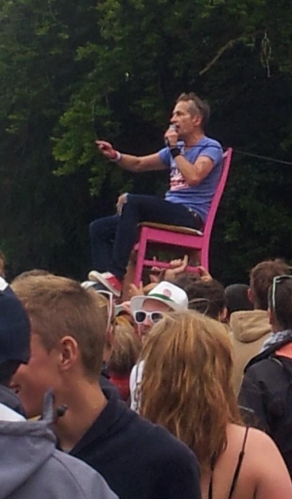 Le Roi, sur son trône, fendant la foule...