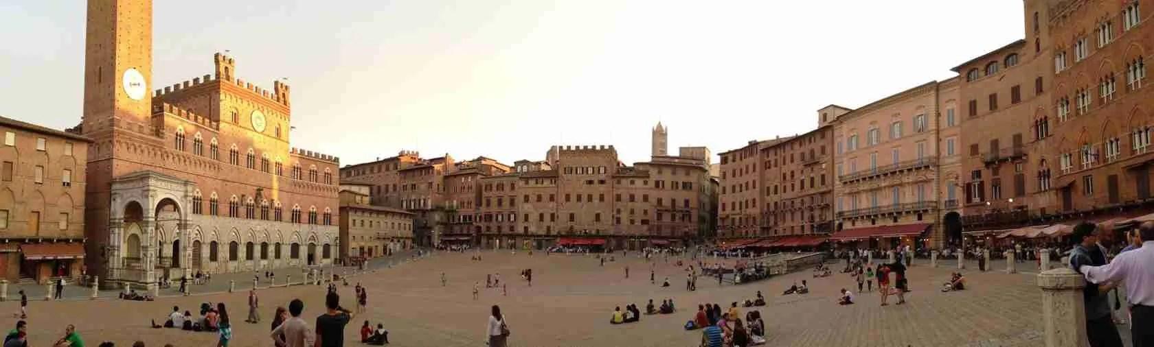 Piazza del Campo a Siena è la meta ideale per una passeggiata con una escort Siena.
