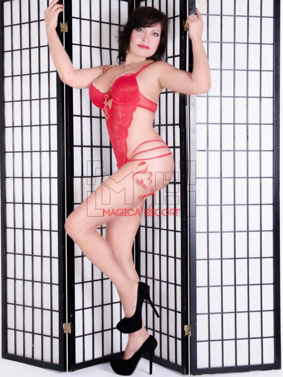 Beatriz escort Firenze indossa lingerie sexy di colore rosso
