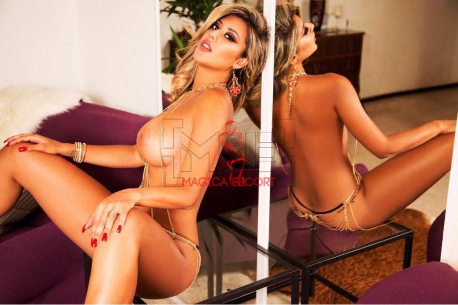 Natalia escort Milano in questa foto è ritratta in una posa davvero seducente.