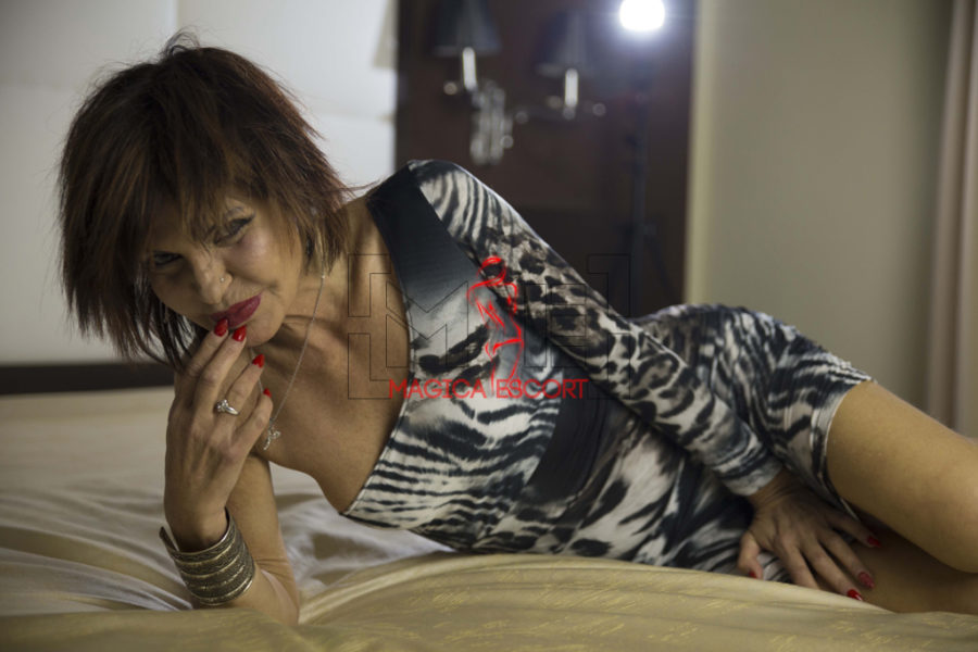 Perla escort Padova in questa foto è adagiata sul suo letto di casa.