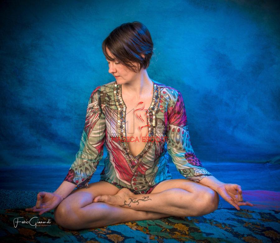 Monica massaggiatrice tantra elite in questa fotografia assume la classica posizione per la meditazione.