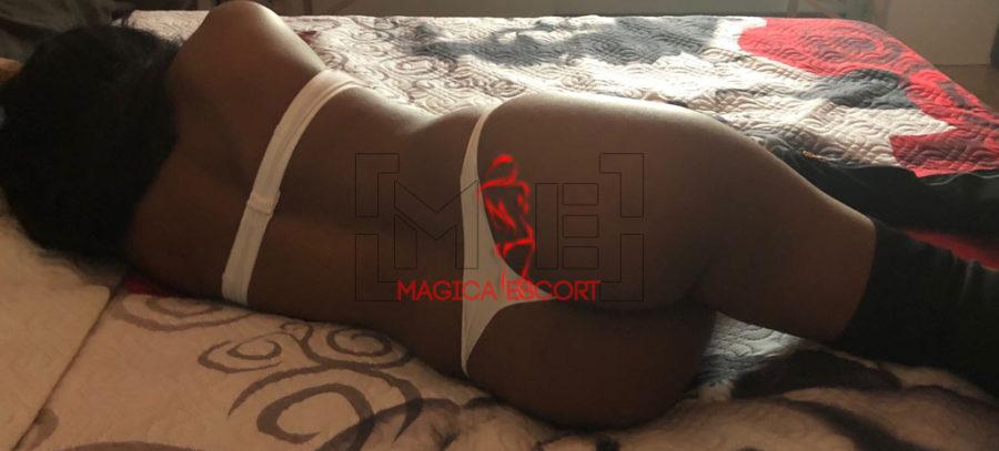 Sole massaggiatrice Piacenza è dolcemente distesa nel suo letto.