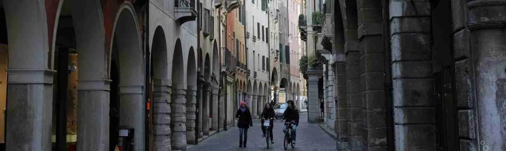 Calmaggiore è la via centrale di Treviso e dello shopping, amatissima dalle escort di Treviso.