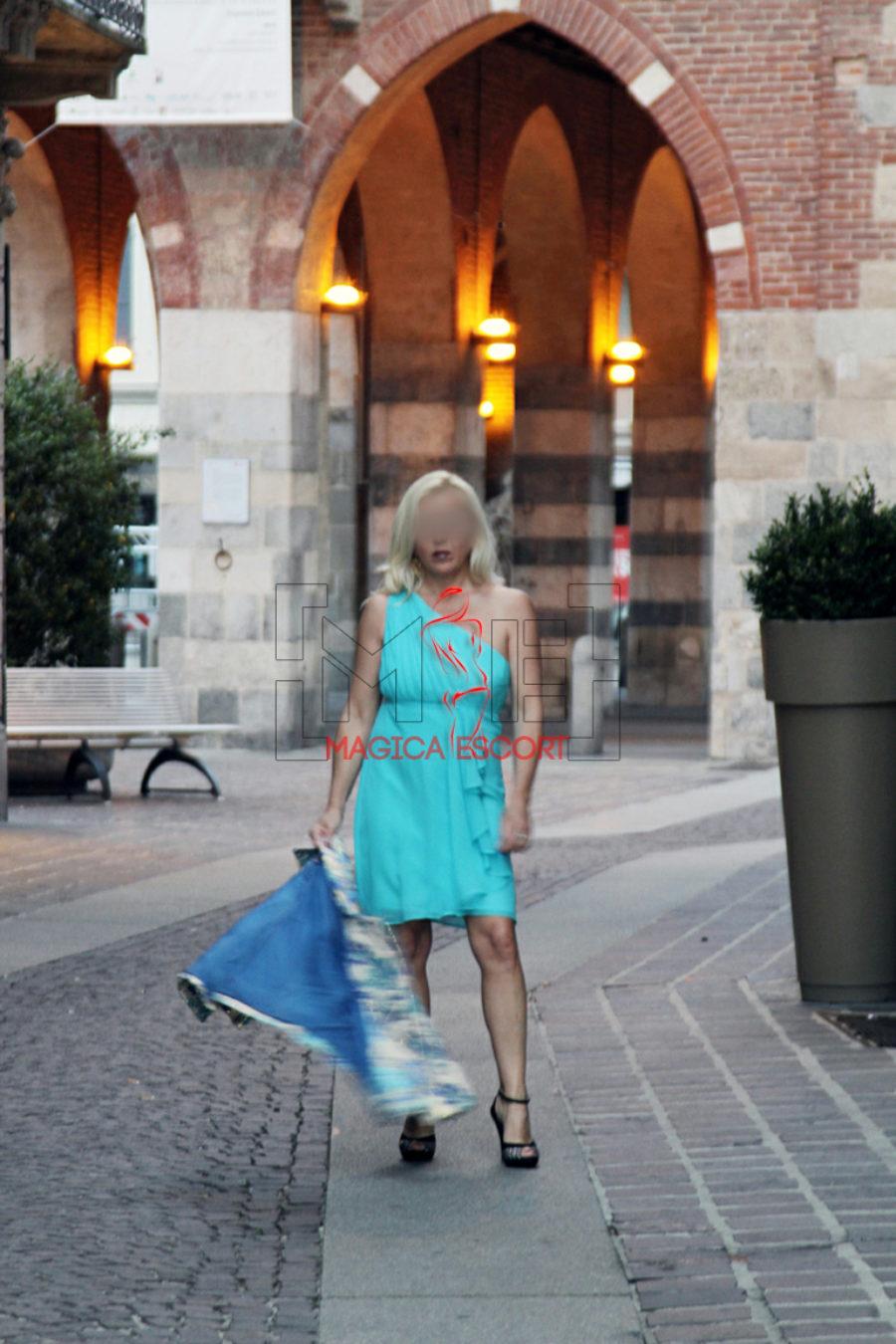 Lea escort Monza fotografata come fosse una turista con uno splendido abito turchese.