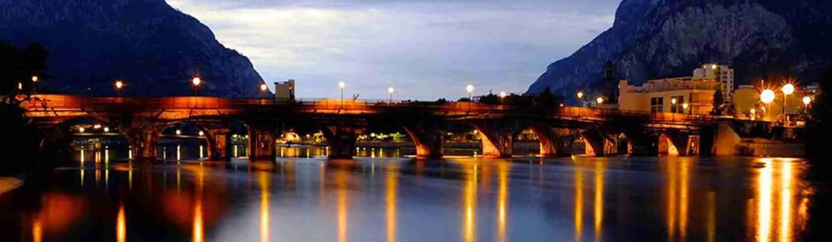 Il Ponte Azzone Visconti di Lecco illuminato. Una vista mozzafiato da ammirare con una escort Lecco. Magica Escort