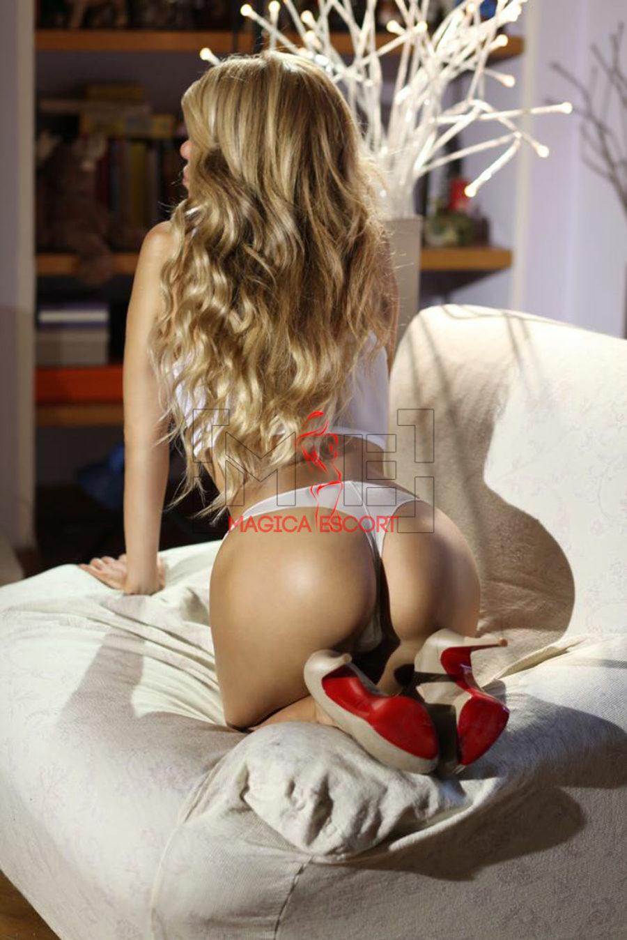 Veronika escort di lusso di Milano con una mutandina brasiliana che la rende provocante.