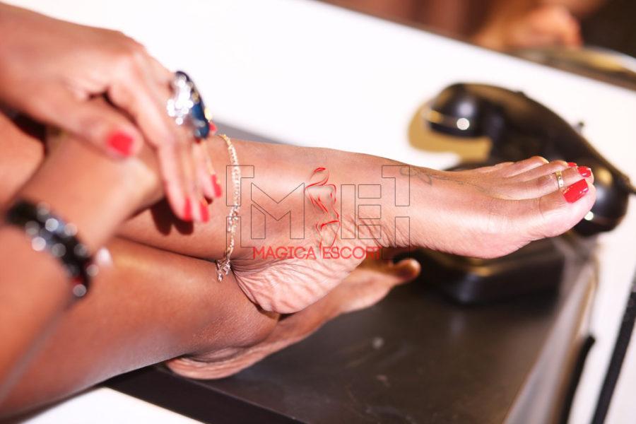 Un dettaglio splendido dei piedi di Sharon escort cubana per gli amanti del foot fetish.