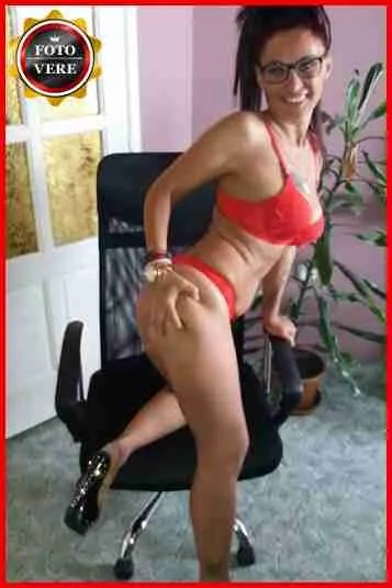 Tina massaggiatrice Viareggio indossa una guepière eccitante in questa foto.