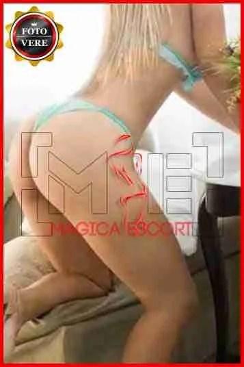 Kamila sexy biondina indossa solo mutandine e reggiseno nella foto di anteprima. Magica Escort