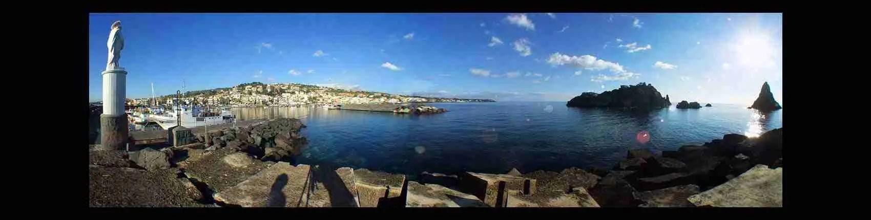 La spiaggia di Acitrezza è il luogo preferito dalle escort Catania per una giornata al mare. Magica Escort