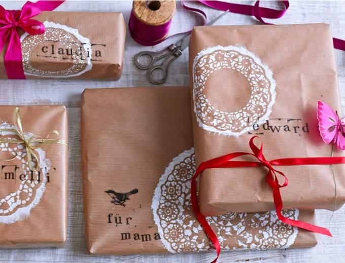 pour-noel-un-interieur-nature-vintage-avec-des-paquets-cadeaux-originaux-a-effet-dentelle