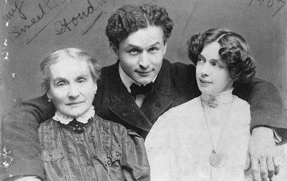 """Harry Houdini avec sa mère Cecilia et sa femme Bess, on peut lire : """" Mes deux amours """""""