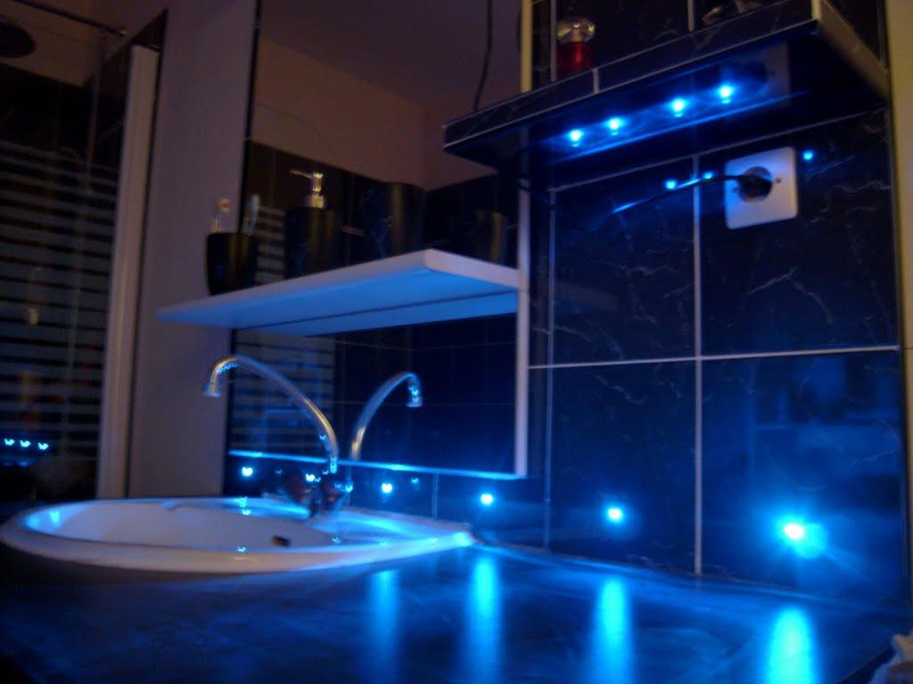 Blog de magicmanu : Aménagement de notre maison, Carrelage du coin lavabo avec LED bleues