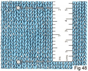 Misurare la tensione verticale con un righello – ©Learn2knit.co.uk