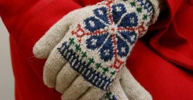 "Elegant Coat Gloves di Susan Crawford, oroginariamente su ""Vintage Gifts to Knit"""