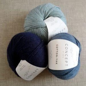 Tre gomitoli in diverse sfumature di blu di Cotton-Yak