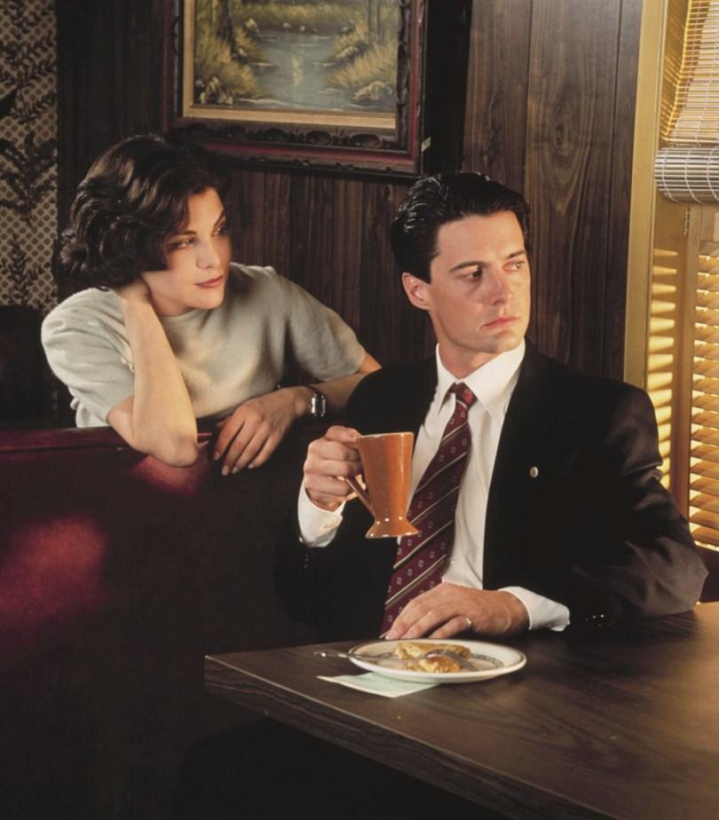 Audrey Horn col suo maglione e l'agente Dale Cooper col suo caffè nero e la sua torta di cliegie.