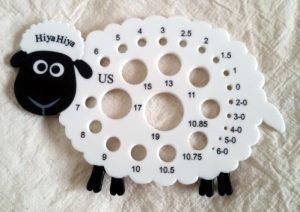 Il calibro per ferri a forma di pecorella è di Hiya Hiya