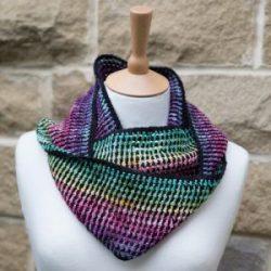 Il Rainbow Mesh Shawl usa una lavorazione che crea un effetto suggestivo