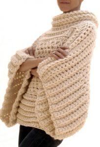 maglione con ampie maniche a kimono all'uncinetto