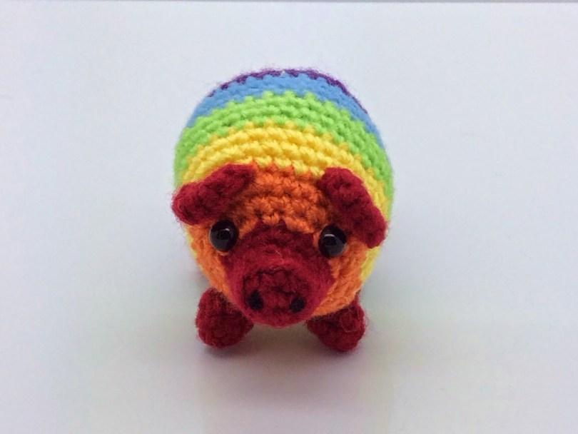 Fabrizio, il maialino arcobaleno all'uncinetto