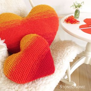 Heart on Fire Pillow di StoneGnome aka Heidi Eisner San Valentino uncinetto tunisino