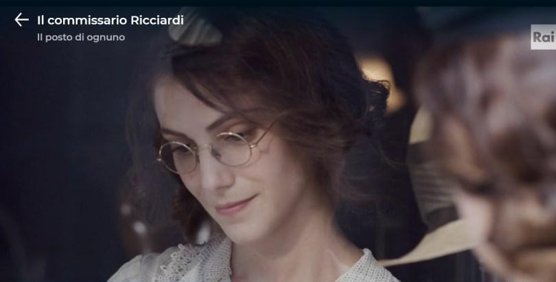 Colletto a uncinetto ne Il commissario Ricciardi, indossato da Enrica