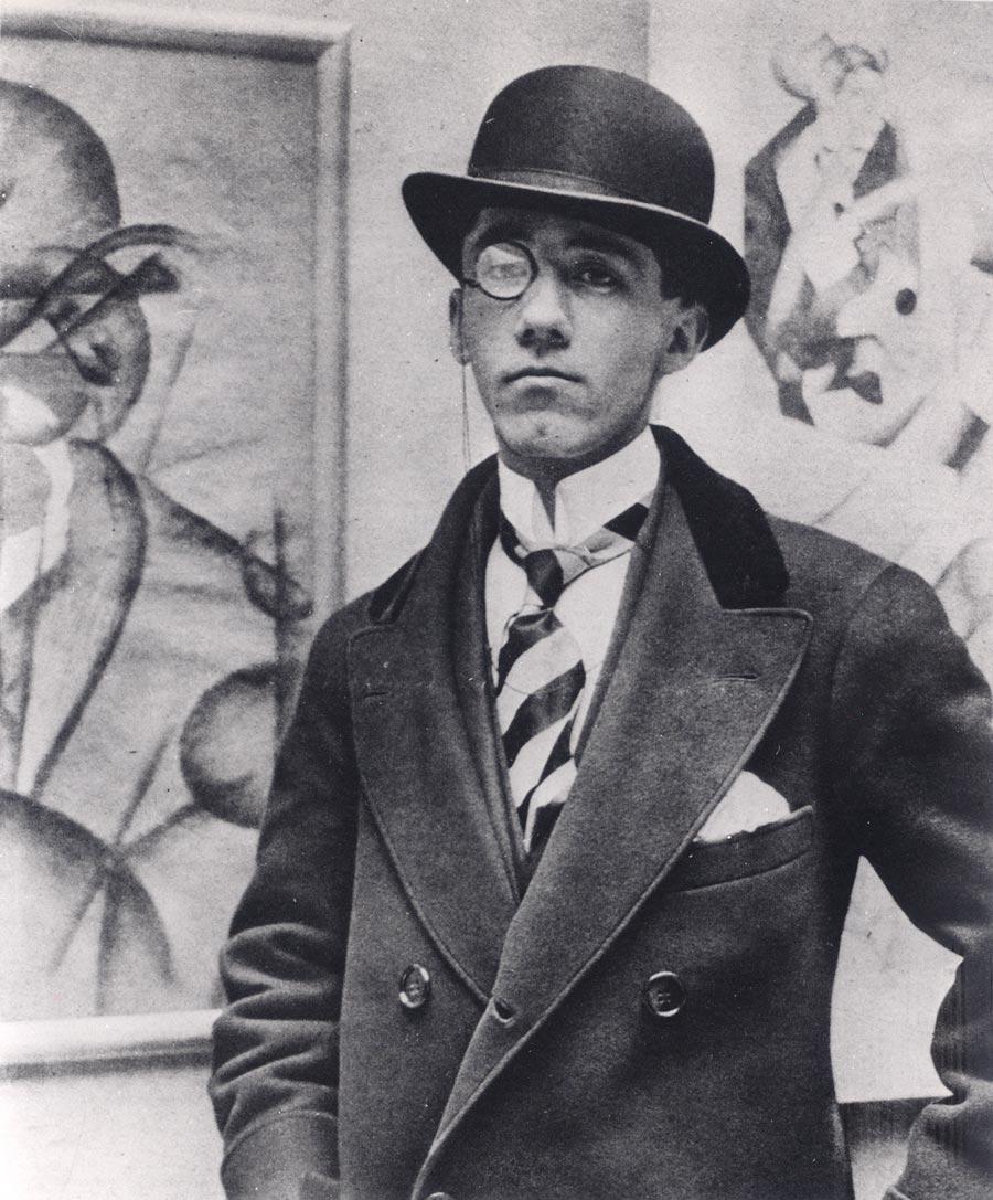 Ritratto fotografico di Gino Severini accanto all'Autoritratto del 1913