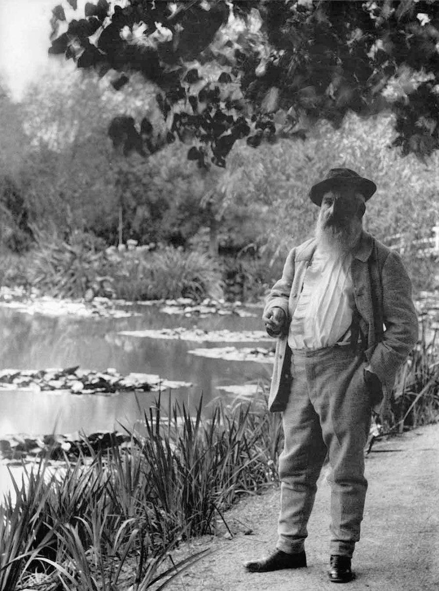 Claude-Monet-a-Giverny-davanti-allo-stagno-delle-ninfee,-1905