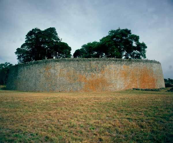 la-muralla-de-gran-zimbabwe-sugiere-la-gran-importancia-de-la-ciudad-en-el-comercio-de-oro-y-marfil-en-la-epoca_galeria_principal_size2