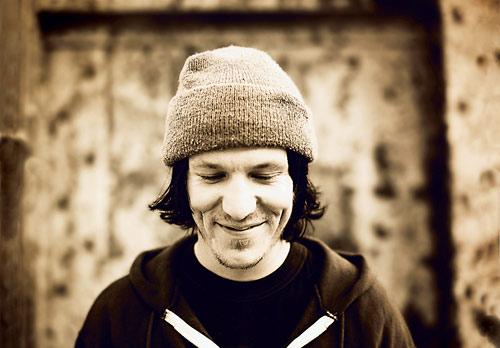 https://i1.wp.com/www.magnetmagazine.com/wp-content/uploads/2009/03/elliott-smile5002.jpg