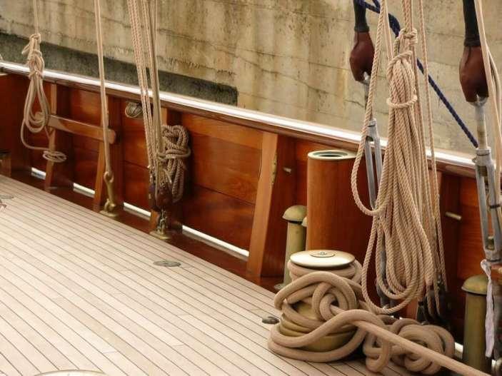 Restauro rifiniture in legno barca a vela