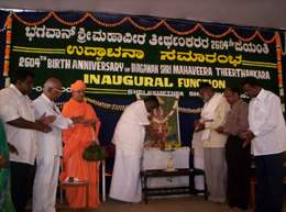 Sri H.D.Revanna inaugurating the Mahavir Jayanthi celebrations at Shravanabelagola as Sri Charukeerti Bhattarakji and other dignitaries look on.