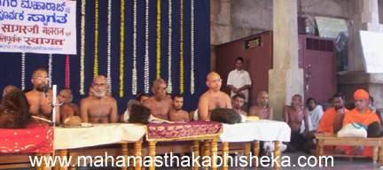 Acharya Muni 108 Sri Viragsagarji Maharaj addressing the people gathered to welcome him.