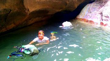 Nage en canyon dans le massif du Makay à Madagascar