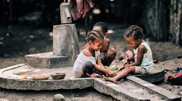 Enfant vivant sur le Canal des Pangalanes à Madagascar