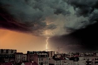 Coup de foudre a paris - lightning strike in Paris