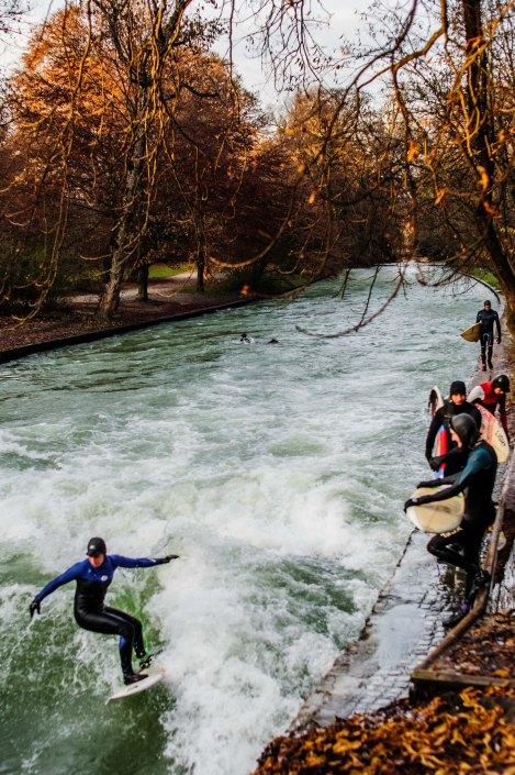 Surf à Munich   Incroyable une vague en plein centre ville 5